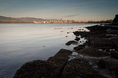 I stadens centrum Vancouver från Jericho Beach, afton arkivfoto