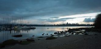 I stadens centrum Vancouver från Jericho Beach, skymning royaltyfri foto