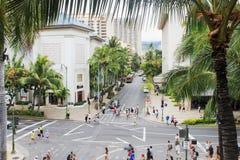 I stadens centrum Waikiki och att jäkta med lokaler och turister Arkivfoto