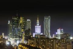 I stadens centrum Warszawa på natten Fotografering för Bildbyråer