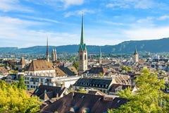 I stadens centrum Zurich - domkyrka Fraumunster, Grossmunster, St Peter kyrka Royaltyfri Fotografi