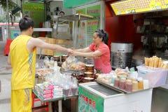I stallen köper det shenzhen folket den kinesiska traditionella frukosten Royaltyfria Foton