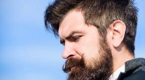 I stil Brutal caucasian hipster med mustaschen sk?ggig man Mogen hipster med sk?gget framtida framg?ng Manligt formellt arkivfoton