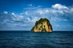 i Stoi Wciąż Skalistej góry PHI PHI wyspę Phuket zdjęcie royalty free