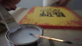 I successi dell'artista la spazzola nel barattolo Riguarda l'immagine di vernice Vernici le latte Coworking mestiere stock footage