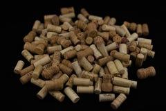 I sugheri dalle bottiglie di vino svuotano la bottiglia di vino sul nero isolata indietro Fotografia Stock Libera da Diritti