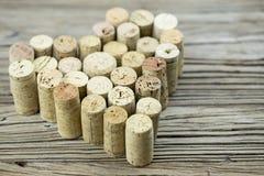 I sugheri del vino formano una forma del cuore sulla composizione di legno in San Valentino del fondo del bordo Immagini Stock Libere da Diritti