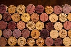 I sugheri sono impilati contro un fondo di legno scuro Fotografia Stock