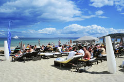 I Sunbathers nella tana Bossa di Platja tirano nella città di Ibiza, Spagna Immagine Stock