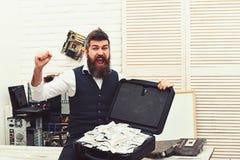 I suoi ricchi di a equipaggia il mondo Uomo di affari con la cassa dei soldi in ufficio Uomo barbuto con denaro contante Pantalon immagini stock