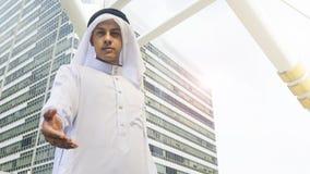 I supporti arabi dell'uomo e prendono la mano Immagini Stock Libere da Diritti