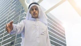 I supporti arabi dell'uomo e prendono la mano Fotografia Stock