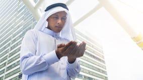 I supporti arabi dell'uomo e prendono le mani Fotografie Stock