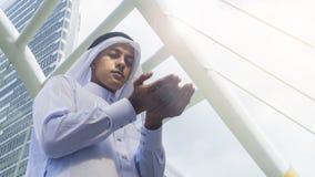 I supporti arabi dell'uomo e prendono le mani su per pregano Immagine Stock