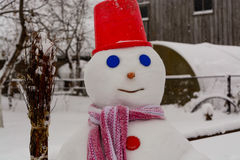 I supporti casalinghi del pupazzo di neve nell'inverno abbelliscono sorridere alla macchina fotografica Fotografia Stock Libera da Diritti