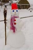 I supporti casalinghi del pupazzo di neve nell'inverno abbelliscono sorridere alla macchina fotografica Fotografie Stock Libere da Diritti