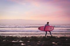 I surfisti praticano il surfing sulle onde, il tramonto luminoso sulla costa, Tenerife, Fotografie Stock Libere da Diritti