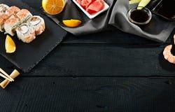 I sushi del gamberetto hanno messo il fondo fotografia stock