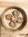 I sushi di Wakame arrivano a fiumi la vista superiore del secchio di legno immagini stock libere da diritti