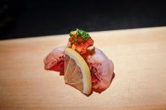 I sushi freschi hanno completato con la salsa del fegato di pesce (Ankimo) e della gelatina di ponzu fotografia stock libera da diritti