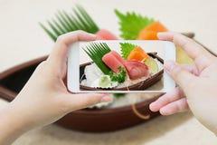 I sushi giapponesi del sashimi hanno messo sul piatto del crogiolo di sushi Immagine Stock