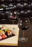 I sushi mescolano la cena servita, vino rosso sulla tavola al ristorante Immagine Stock