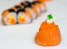 I sushi padroneggiano, tagliando i rotoli di sushi Fabbricazione dei rulli di sushi Immagini Stock Libere da Diritti