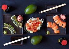 I sushi placcano con le bacchette immagine stock