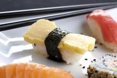 I sushi sono servito sulla zolla Immagini Stock