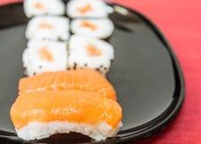 I sushi, un alimento giapponese tipico hanno preparato con una base di riso e di vario pesce crudo immagine stock