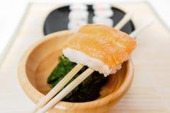 I sushi, un alimento giapponese tipico hanno preparato con una base di riso e di vario pesce crudo immagini stock