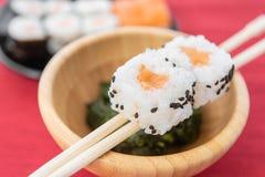 I sushi, un alimento giapponese tipico hanno preparato con una base di riso e di vario pesce crudo immagini stock libere da diritti