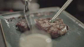 I tagli del cuoco hanno fritto la carne stock footage