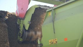 I tagli del trattore rivoltano il fieno su un'azienda agricola stock footage