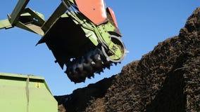 I tagli del trattore rivoltano il fieno su un'azienda agricola video d archivio