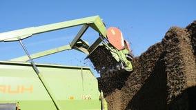 I tagli del trattore rivoltano il fieno su un'azienda agricola archivi video