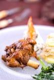 I tagli di agnello arrostiti con la patata guarniscono Fotografie Stock