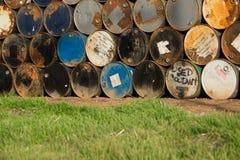 I tamburi da 55 galloni impilati su a vicenda in una funzione di stoccaggio Immagine Stock