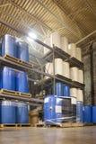 I tamburi da 55 galloni nel magazzino dello stabilimento chimico Fotografia Stock