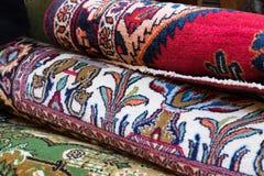 I tappeti floreali hanno impilato il ontop a vicenda fotografia stock libera da diritti