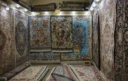 I tappeti persiani sono regalo popolare dall'Iran, bazar di Tabriz fotografia stock