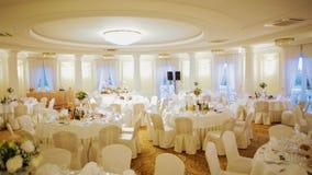 I tavoli da pranzo festivi hanno decorato per la celebrazione di banchetto di nozze in Hall Interior video d archivio