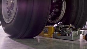 I telai dell'aeroplano si chiudono su Carrello di atterraggio anteriore di alta vista dettagliata del grande primo piano dell'aer video d archivio