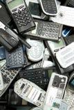 I telefoni cellulari di Scatered pronti per riciclano Fotografia Stock