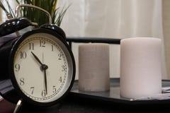 I tempi mostrano sull'orologio di tavola, sono o pm Chiuda su dell'orologio di tavola che mostra i periodi, decorazione interna fotografie stock