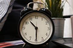 I tempi mostrano sull'orologio di tavola, sono o pm Chiuda su dell'orologio di tavola che mostra i periodi, decorazione interna immagini stock libere da diritti