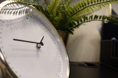 I tempi mostrano sull'orologio di tavola, sono o pm Chiuda su dell'orologio di tavola che mostra i periodi, decorazione interna fotografie stock libere da diritti