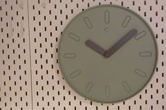 I tempi mostrano sull'orologio di tavola, sono o pm Chiuda su dell'orologio di tavola che mostra i periodi, decorazione interna fotografia stock