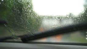 I tergicristalli dell'automobile stanno rimuovendo la pioggia archivi video