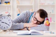 I termini mancanti dello studente di medicina per completare assegnazione Immagini Stock Libere da Diritti